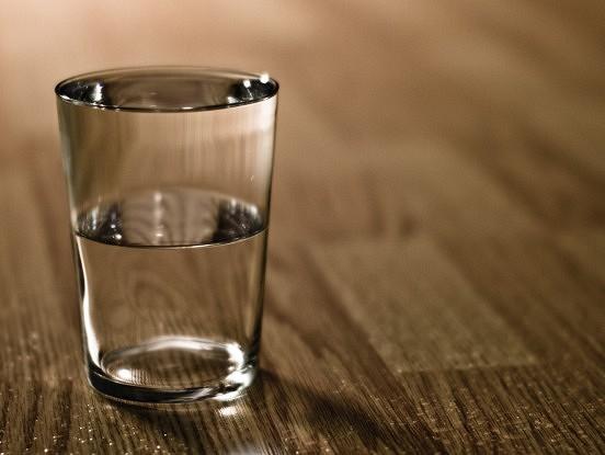 Ūdens glāze. Stāsts, kas būtu jāizlasa ikvienam