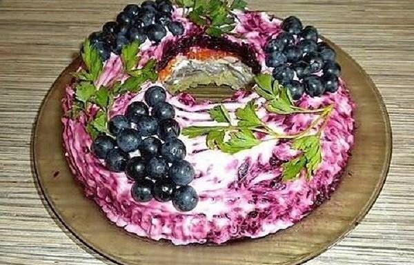"""Sajūsmas vērti un ļoti garšīgi salāti """"Melnais ķekars"""". Jūsu svētku galda hīts!"""