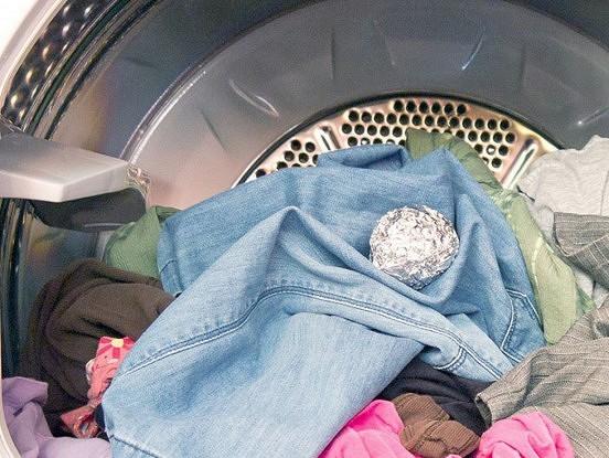 Viņa iemeta veļasmašīnā folijas bumbiņu. Tagad arī es tā daru!