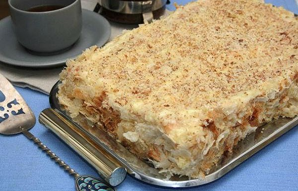 """Torte """"Napoleons"""" no ātrās kārtainās mīklas un krējuma"""