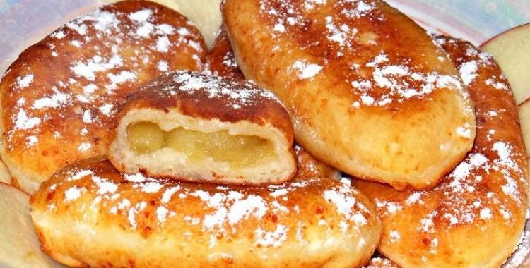 Uz pannas cepti pīrādziņi no āboliem un biezpiena mīklas