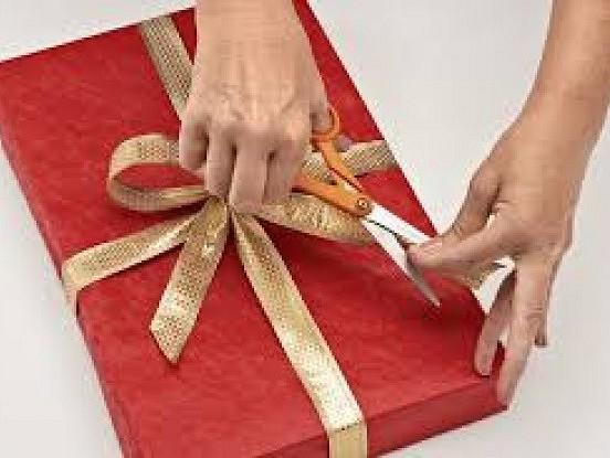 Kā glīti iesaiņot dāvanu 13 sekundēs