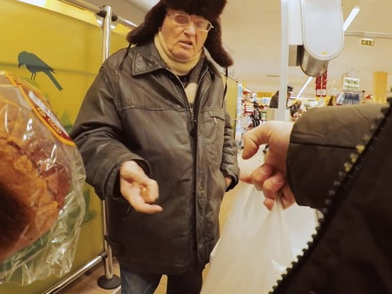 Jaunietis Daugavpilī ar savu rīcību aizkustina visu Latviju līdz asarām. Kaut vairāk tādu cilvēku būtu! (Video)