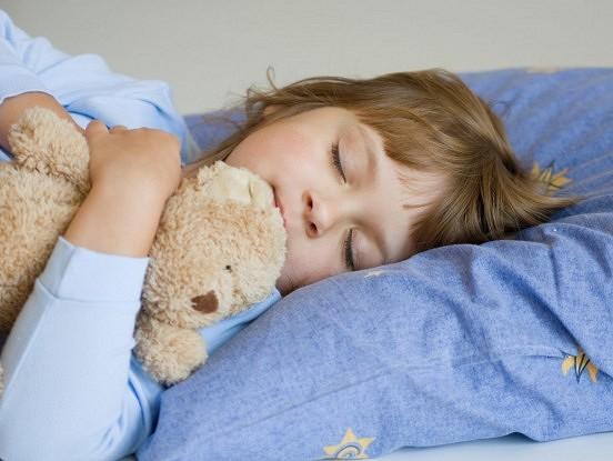 Kā pievilināt miegu? Vecākiem par bērna gulēšanas ieradumiem