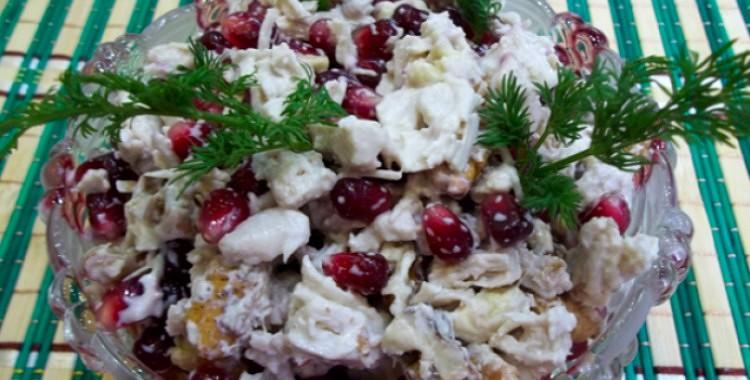 Veselīgie granātābola un vistas filejas salāti