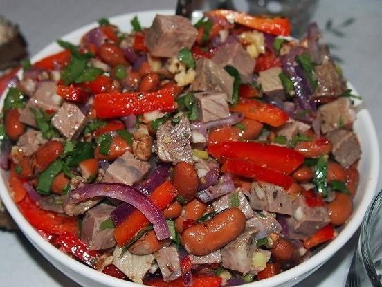 Piecu sātīgu salātu receptes. Īpaši iepriecinās vīriešus
