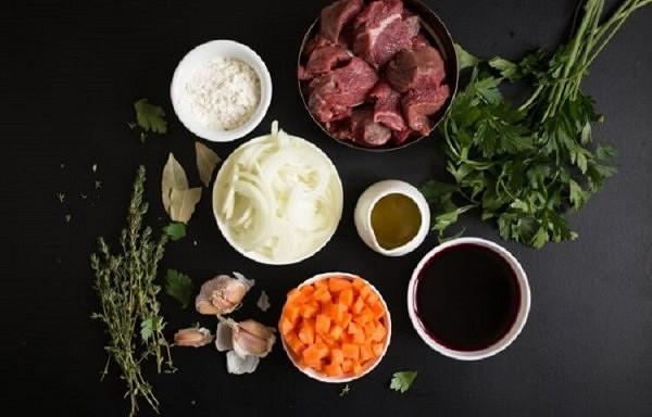 Kā pagatavot mutē kūstošu liellopa gaļu burgundiešu gaumē