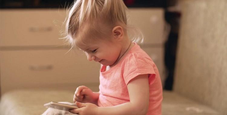 Cik kaitīgas bērnu acīm ir planšetes un telefoni?