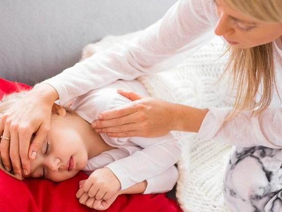 Ko darīt, ja bērnam ir šķidra vēdera izeja vai vemšana?