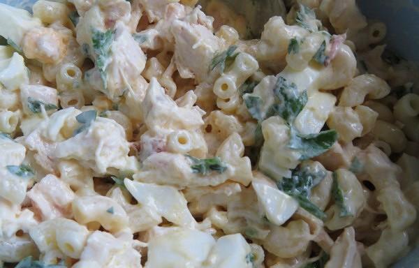 Makaronu salāti ar kūpinātu vistu un olām
