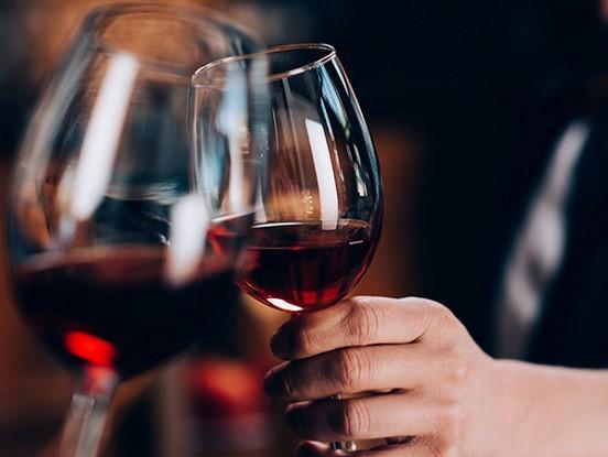 Neticami! Vai tu zināji, kas labs ar tevi notiks, ja dzersi sarkanvīnu?