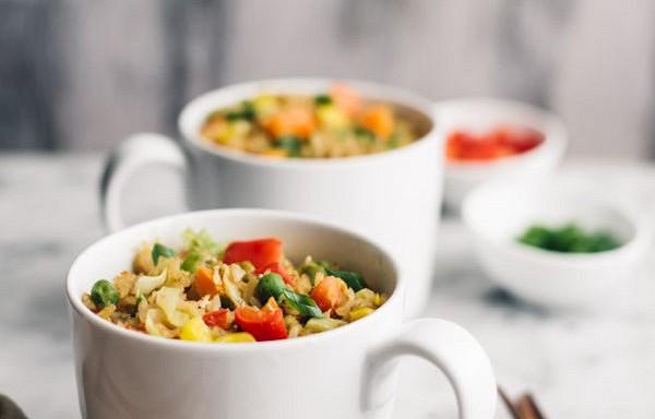 Ēdiens krūzē: rīsi ar dārzeņiem