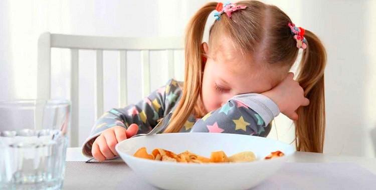 Neliekat bērniem ēst brokastis, ja viņi to nevēlas! No tā nebūs nekāda labuma!