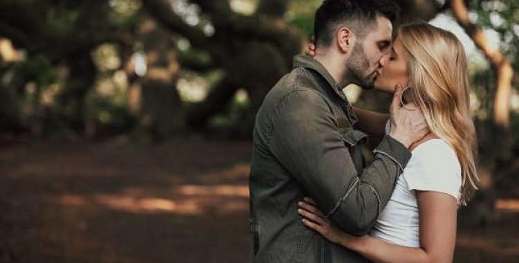 Lūk, kāpēc aizveram acis, kad skūpstāmies