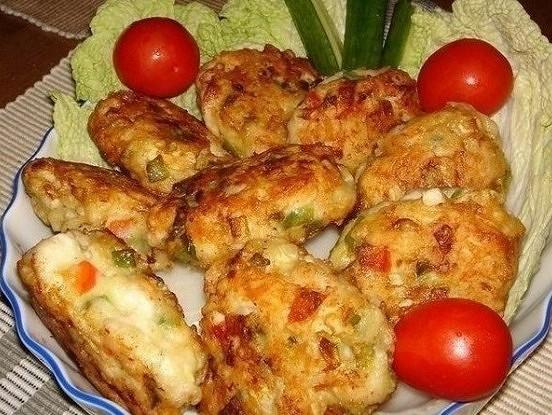 Vistas gaļas kotletes ar dārzeņiem un sieru