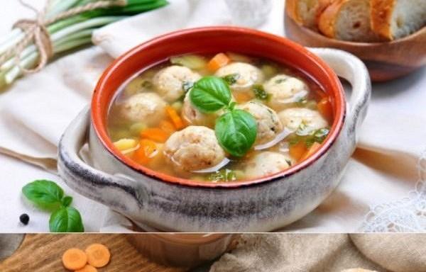 Zupa ar siera bumbiņām Otrā dienā no zupas vairs nepaliek nekā – lai gan sātīga, tā ir ļoti viegla