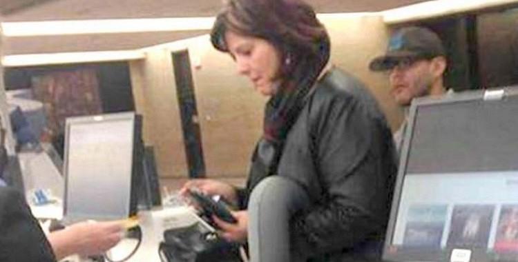 Šī sievietes fotogrāfija lidostā burtiski aplidoja internetu! Tagad jūs sapratīsiet, kāpēc tā notika.