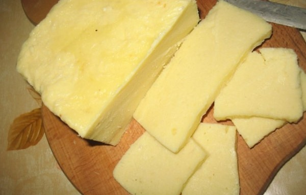 Mājās darināts cietais siers ir daudz labāks par veikalā pirkto! Te būs unikāla recepte!