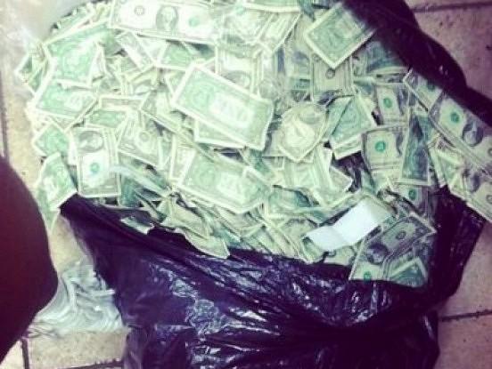 Policists jautā omei, kāpēc no maisa ārā birst nauda. Viņas atbilde atstāja policistu bez valodas!