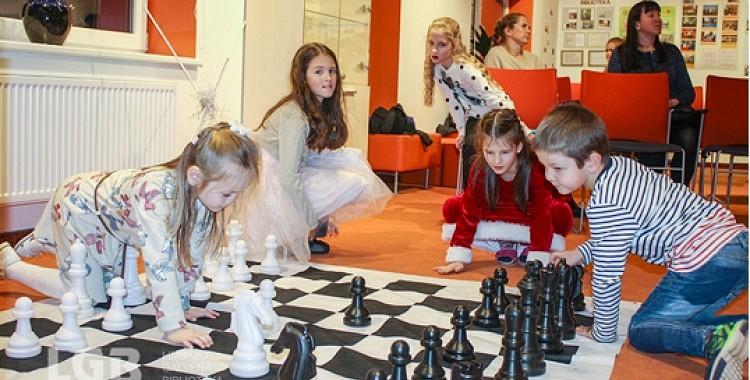 Spēlē šahu un audzini raksturu