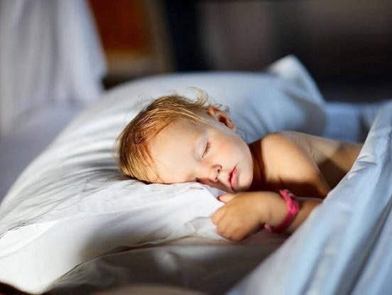 Kāpēc likt bērnus gulēt pēc iespējas agrāk ir PAREIZI