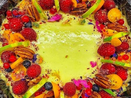 Raw jeb svaigēdāju kūka ar mango un avenēm