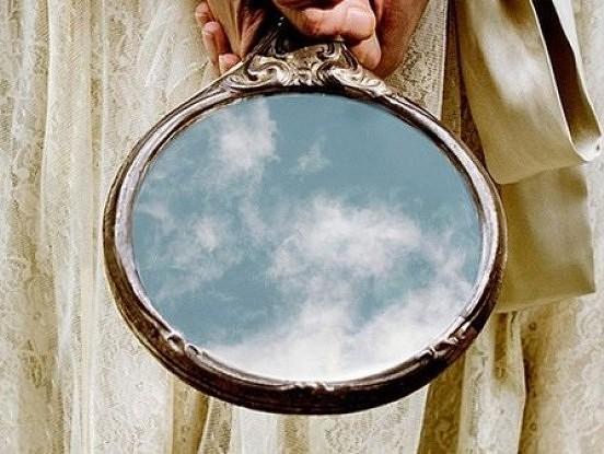 Tie, kurus mēs mīlam un tie, kurus ciest nevaram, ir mūsu spoguļi
