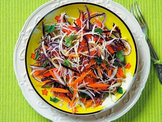 Krāsainie kāpostu salāti ar avokado