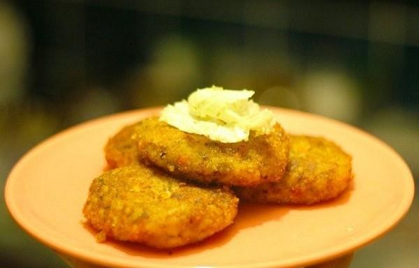 Kartupeļu kotletes ar burkāniem un rīsiem
