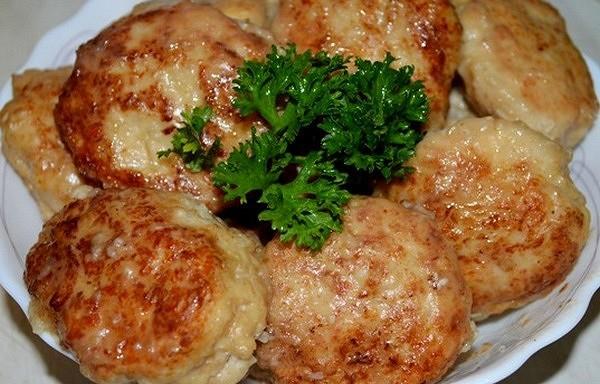 Sulīgas vistas gaļas kotletītes ar sieru