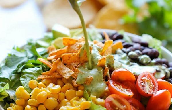 Desmit garšīgas diētisku salātu receptes