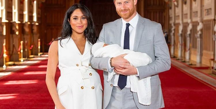 VIDEO: Harijs un Megana pasaulei atrāda mazuli
