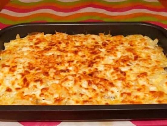 Rīvētu kartupeļu sacepums ar ķiplokiem un sieru