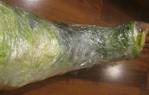 Lūk, kas notiks, ja uz stundu aptīsiet kāju ar baltā galviņkāposta lapām