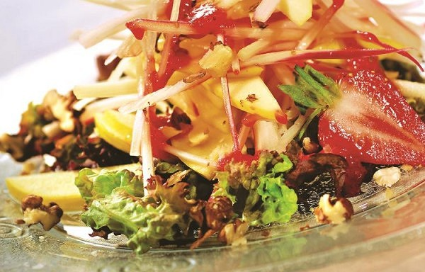 Ābolu salāti ar zemenēm, rabarberiem un valriekstiem