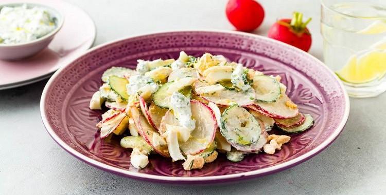 Pavasarīgi salāti ar redīsiem, olu un gurķiem