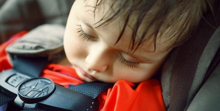 Kāpēc bērnus vienus nedrīkst atstāt automašīnā?
