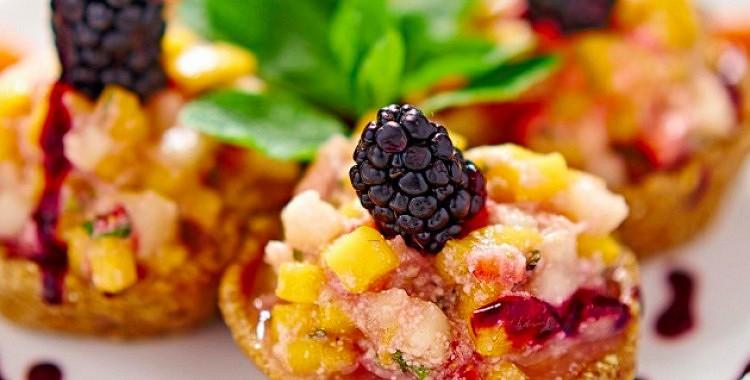 Svaigēdāju augļu salāti groziņā