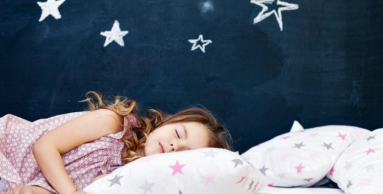 Lūk tabula, kas paskaidro kādā laikā bērni jāliek gulēt