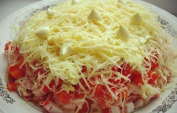 Kārtainie krabju nūjiņu salāti