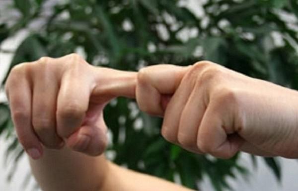 Kas notiek, kad tu krakšķini pirkstu locītavas. Visa patiesība, ko stāsta zinātņu spīdekļi