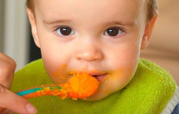 Pieci produkti, kurus kategoriski aizliegts dot bērniem līdz divu gadu vecumam