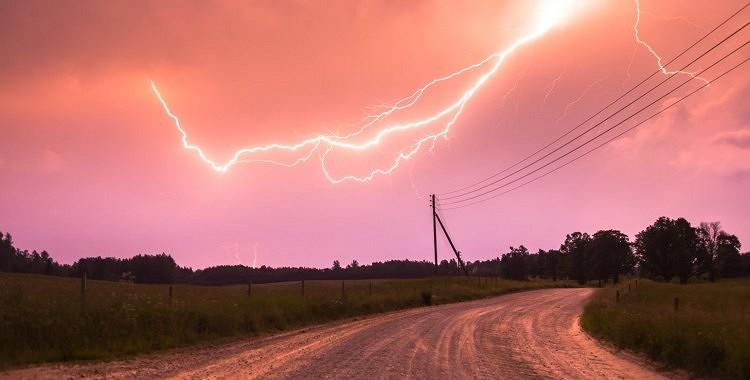 FOTO: Iespaidīgi foto no vakardienas vētras