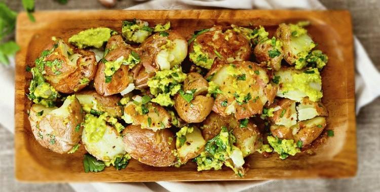 Jaunie kartupeļi ar avokado mērci