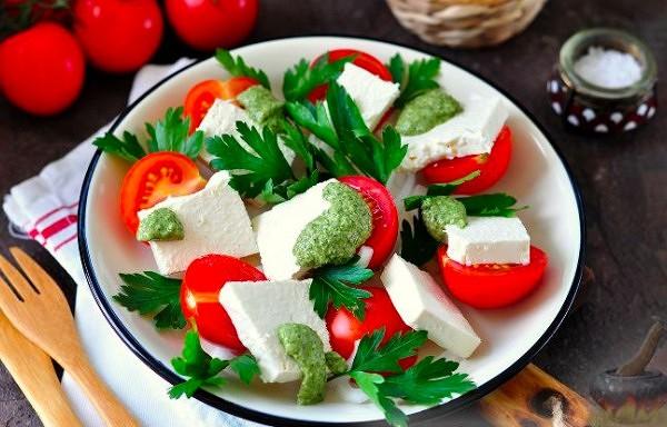 Tomātu un siera salāti ar Pesto mērci