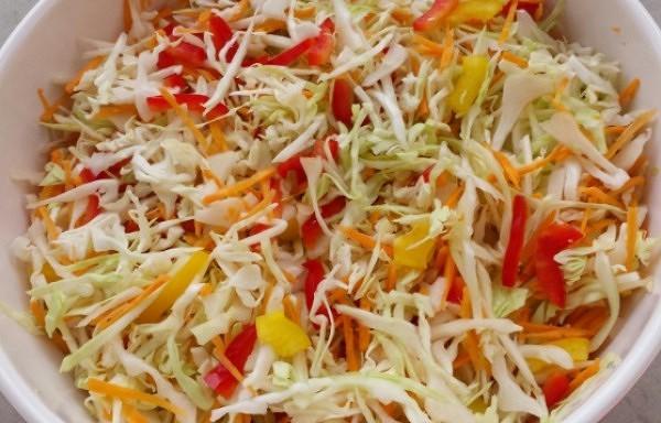 Kāpostu, burkānu un paprikas salāti. Lieliski noderēs ziemā