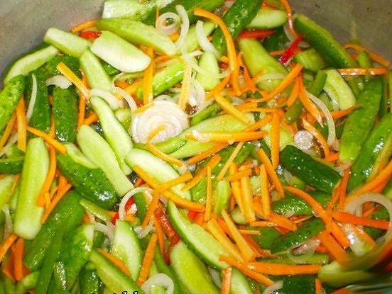 Pikantie gurķu salāti