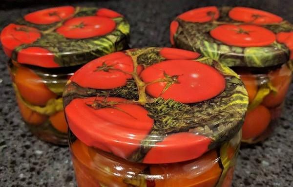 Marinēti tomāti ar bazilika lapiņām