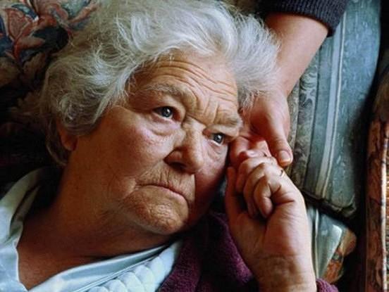 Kāpēc nevieni citi veci cilvēki netracina mūs tik stipri kā mūsējie?