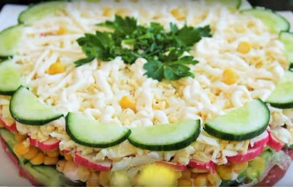 """Kārtainie salāti """"Jaunums"""" - ļoti vienkārši, garšīgi un ātri pagatavojami"""